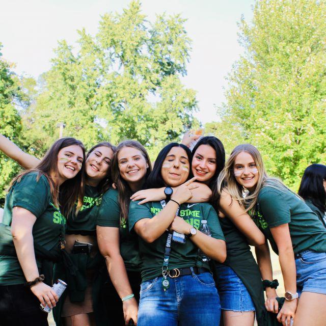 Studentinnen in T-Shirts der Uni.