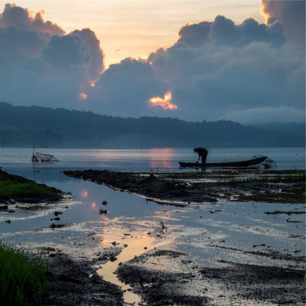 Fischer an einem See bei Sonnenuntergang auf Bali.