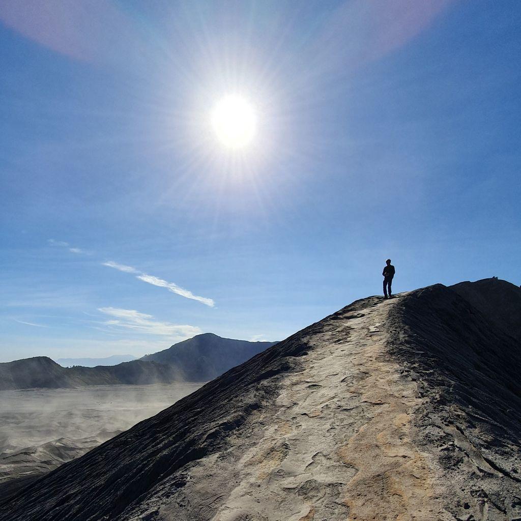 Wanderung auf dem Krater des Mount Bromo auf Java.