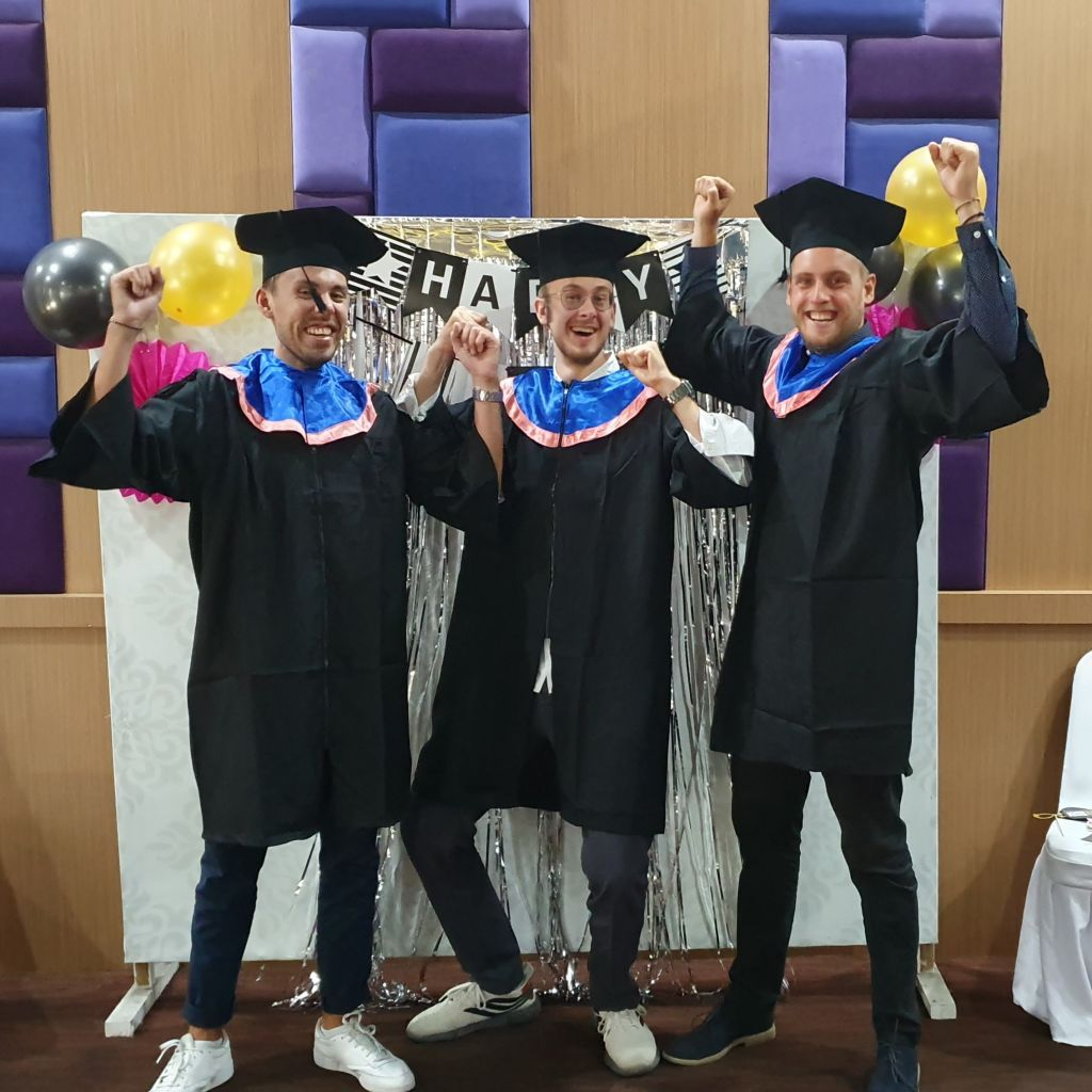 Während der Abschlusszeremonie der Udayana University.