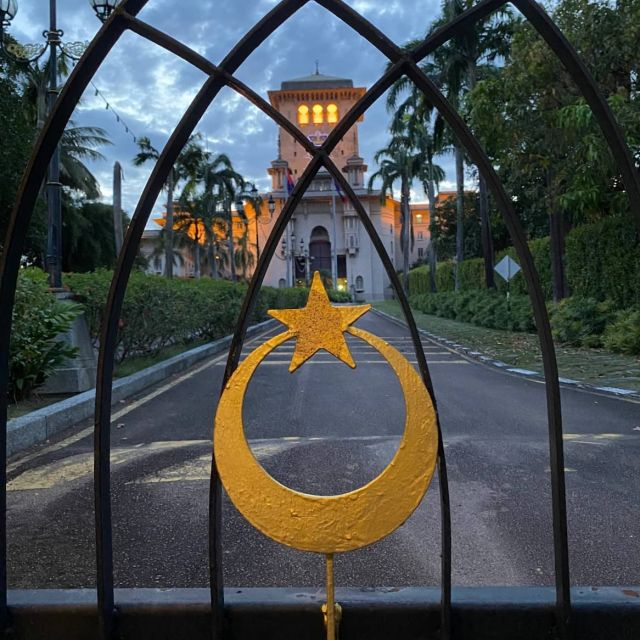 Der Sultans-Palast in Johor Bahru mit einem muslimischen Symbol am Eingang.
