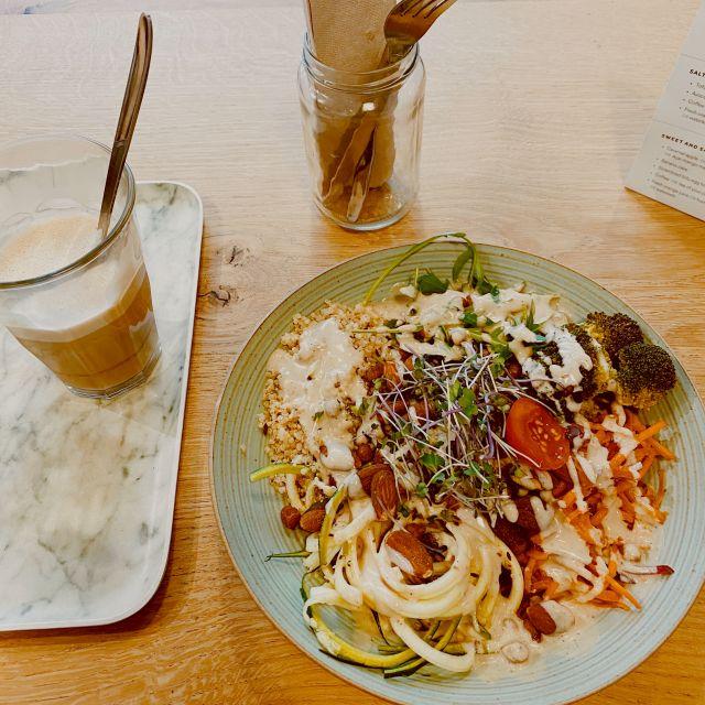 Eine Schüssel mit Salat und Kaffee