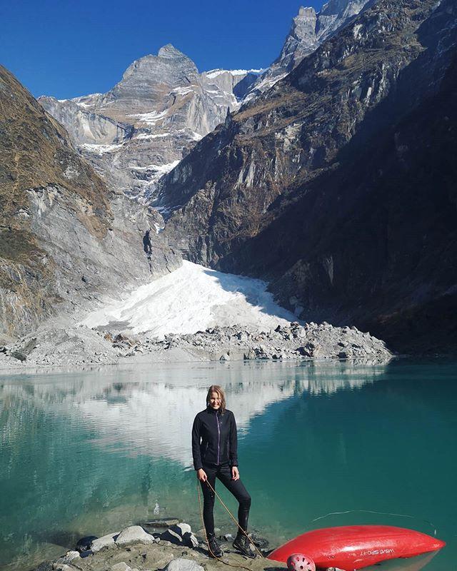 So etwa sieht man aus, wenn man versucht auf dem Gletschersee Kajak zu fahren,…
