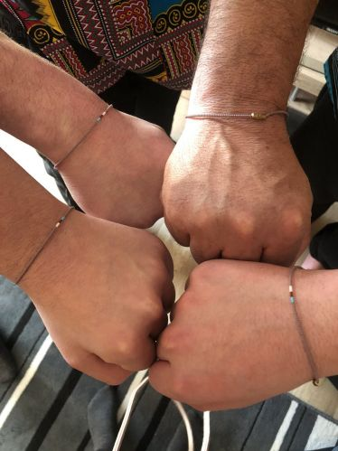 Ich habe meinen Brüdern und meinem Papa typisch ghanaische Armbänder…