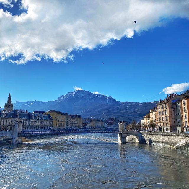 Man sieht den Fluss Isère und im Hintergrund das Gebirgsmassiv Vercors.