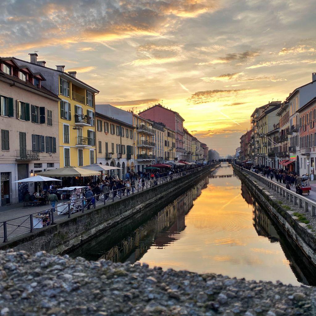 Man sieht, wie die Sonne im Stadtteil Navigli dabei ist unterzugehen