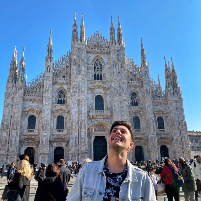 man sieht Tobias vor dem Dom, das Wahrzeichen Mailands
