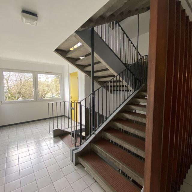 Man sieht ein Treppenhaus.