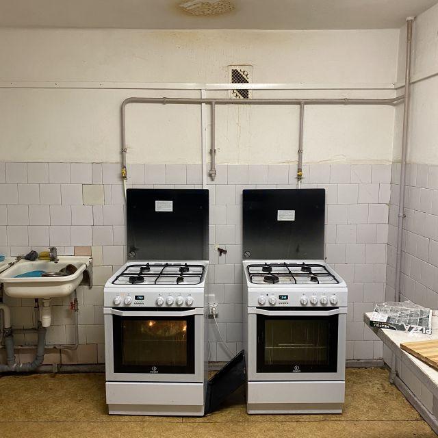 Küche. Zwei Herde auf PVC. Alles etwas alt und schmutzig