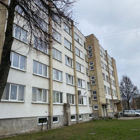 Wohnheim acht. Gebäude mit 5 Stockwerken von grauem Himmel