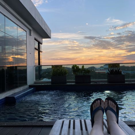 Entspannung am Pool beim Sonnenuntergang