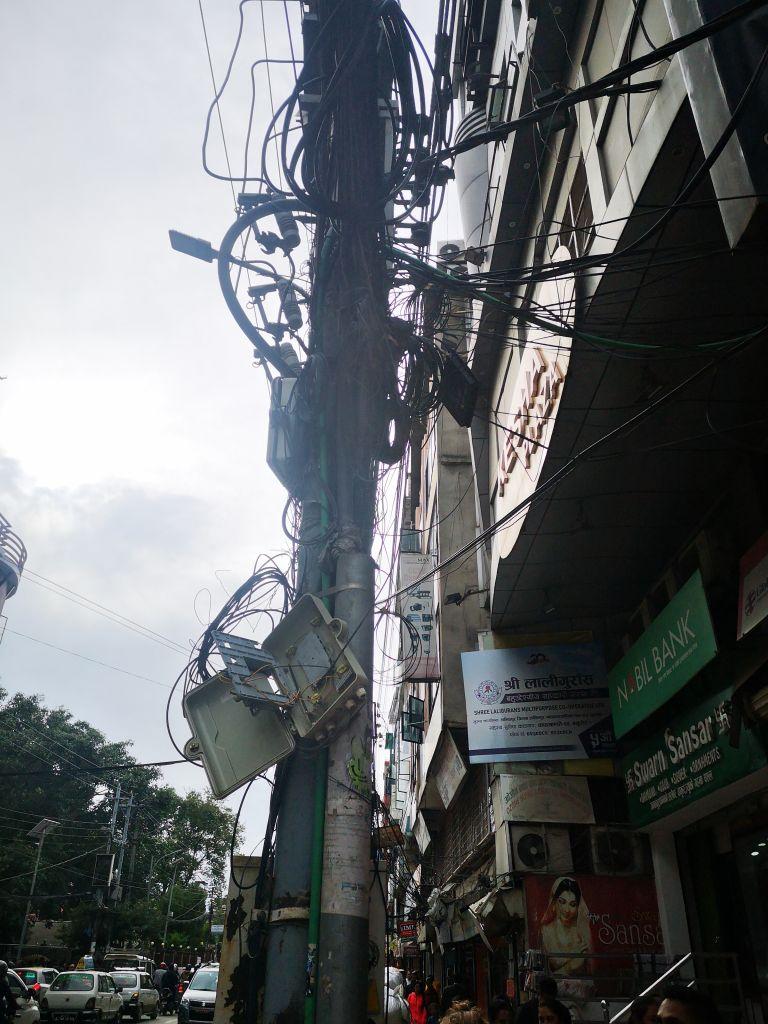 An den Straßenlaternen in der Hauptstadt hängen Massen an Kabeln hinunter. Ich frage mich ob überhaupt jemand weiß, wozu diese gehören...