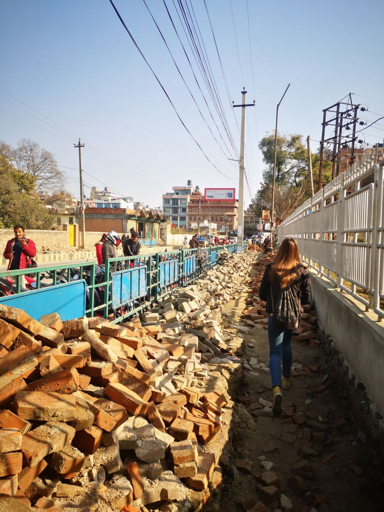 Kaputte Straßen sind in Kathmandu keine Seltenheit.