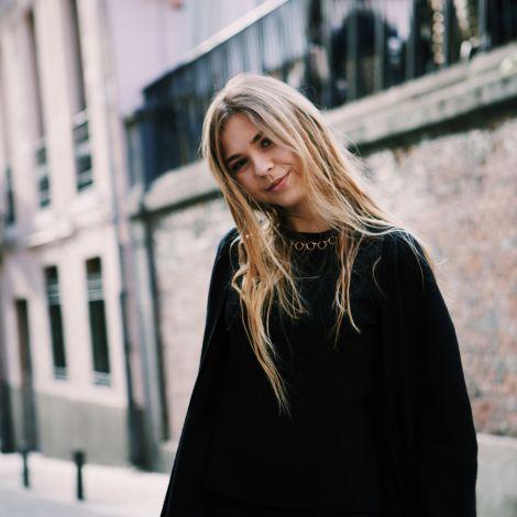 Glückliche Studentin auf einer Straße in Madrid