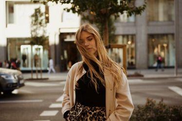 Studentin, im Hintergrund Verkehrsszene in Madrid