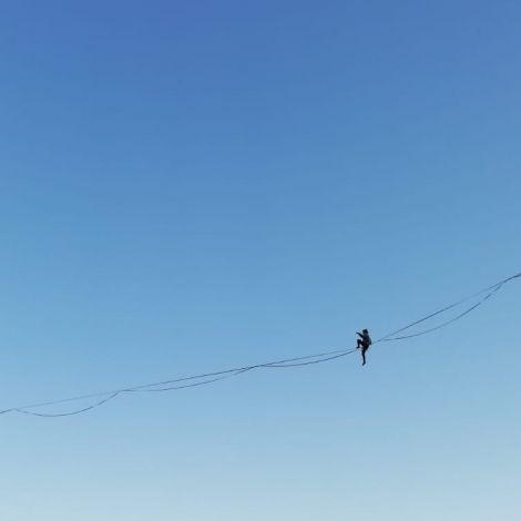 Highline vor blauem Himmel