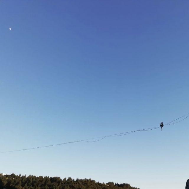 Highline vor blauem Himmel.