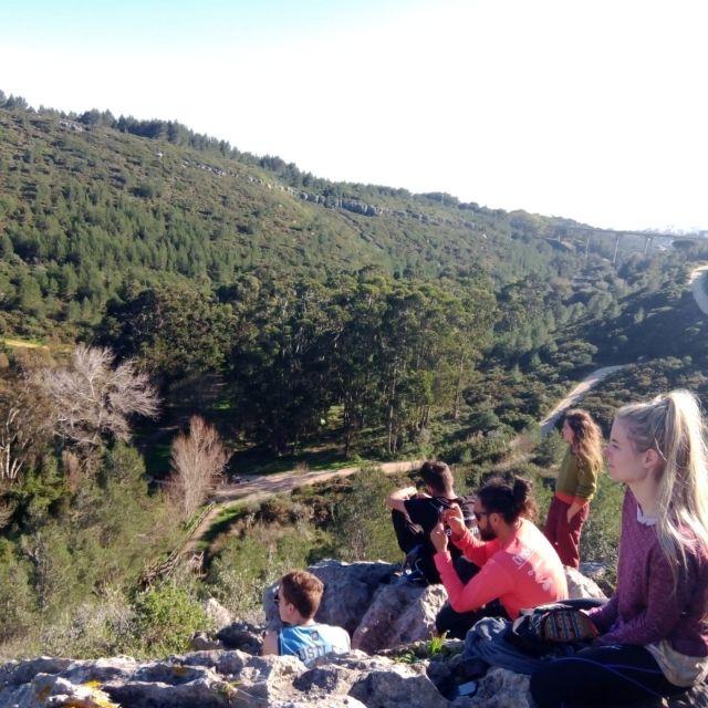 Menschen auf einem Felsen mot Blick ins Grüne