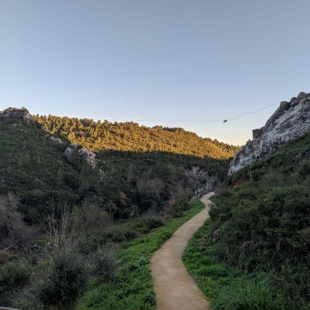Weg ins Grüne umrahmt von Felsen