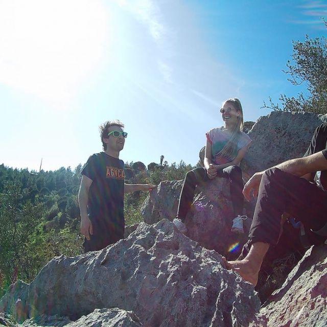 Drei Menschen auf dem Felsen in der Sonne.
