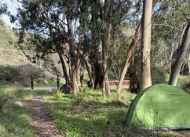 Natur mit Zelt und Menschen im Hintergrund