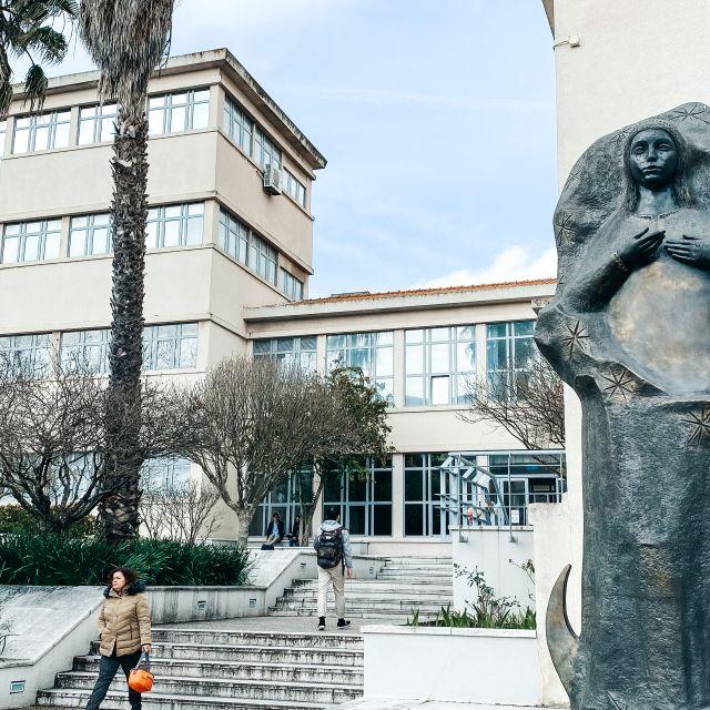 Treppenstufen, die zum Gebäude der geisteswissenschaftlichen Fakultät führen.