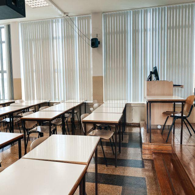 Klassenraum mit Stühlen und Tischen