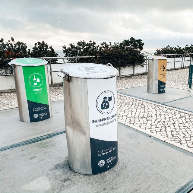 Verschiedene getrennte große Müllcontainer auf der Straße.