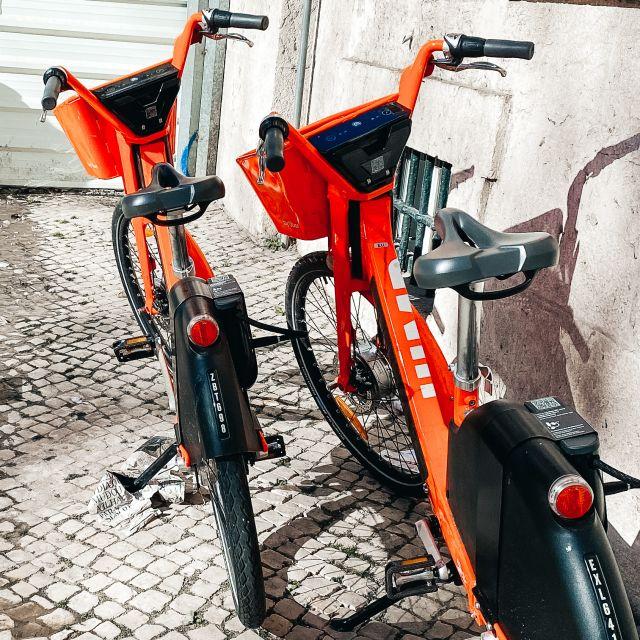 Rote Elekotrofahrräder in der Stadt.