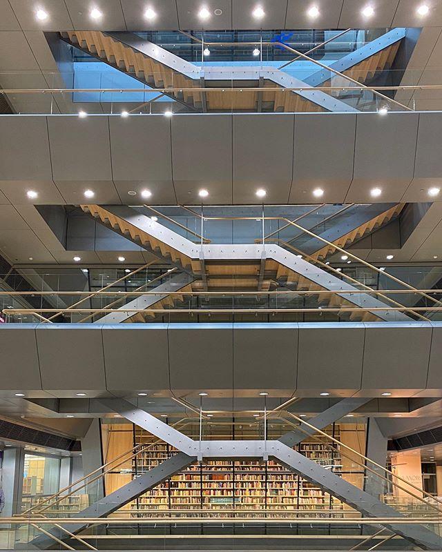 Jeden Sonntag kann man in der Bibliothek von Riga (das große gläserne…