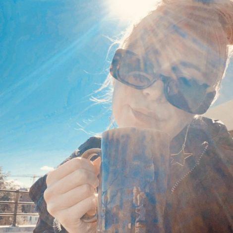 Kaffee + Sonne = happy me! 🤩 #erlebees #wirbleibenzuhause #gent…