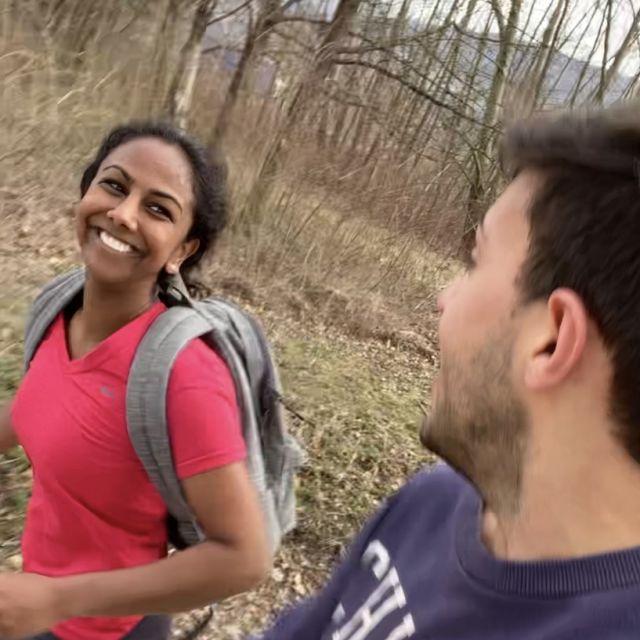 Man sieht eine Freundin von Tobi und Tobi, wie beide joggen.