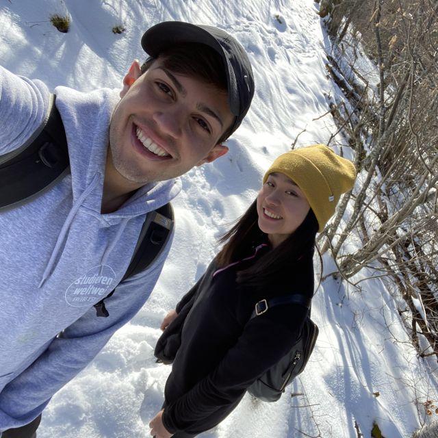 Man sieht Tobi mit einer Austauschstudentin auf einem mit Schnee bedecktem Wanderweg.