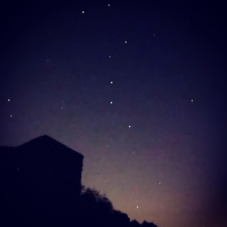 An einem Ort voller Sterne um nach innen zu gehen und Ruhe zu finden, während…