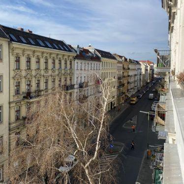 Straße aus dem vierten Stock fotografiert, alte Häuser in Reihe und blauer Himmel.