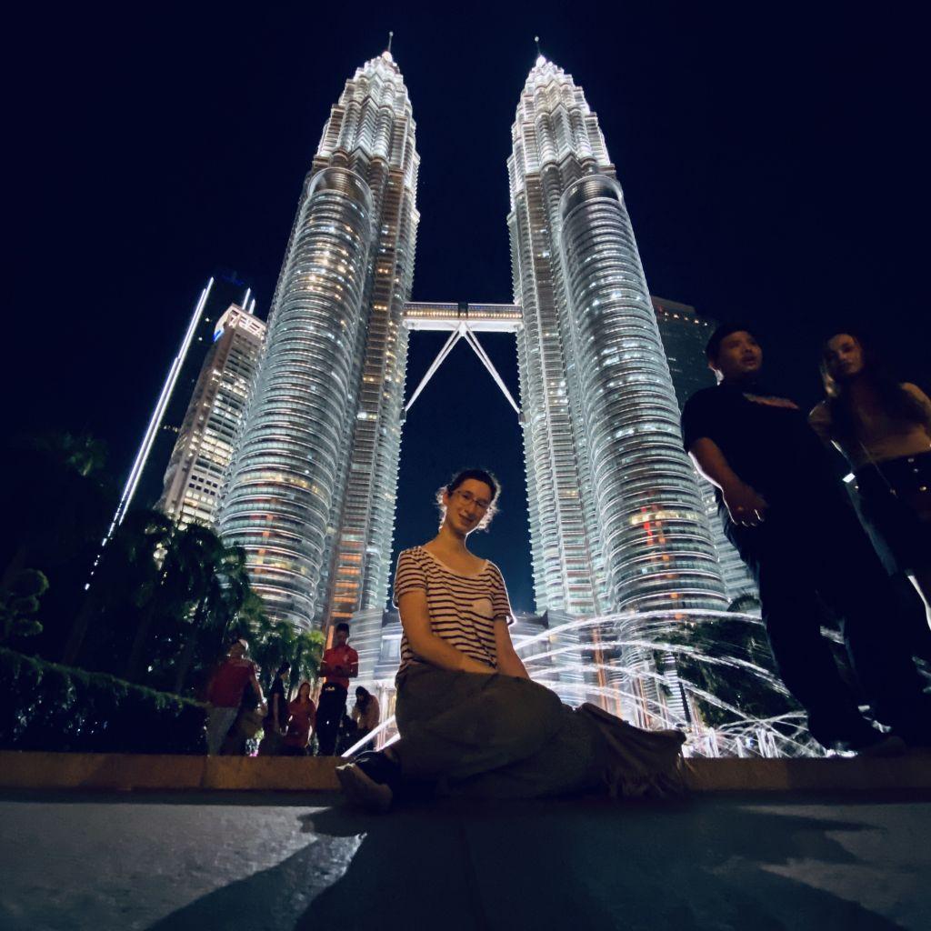 Alina zwischen Petronas Twin Towers