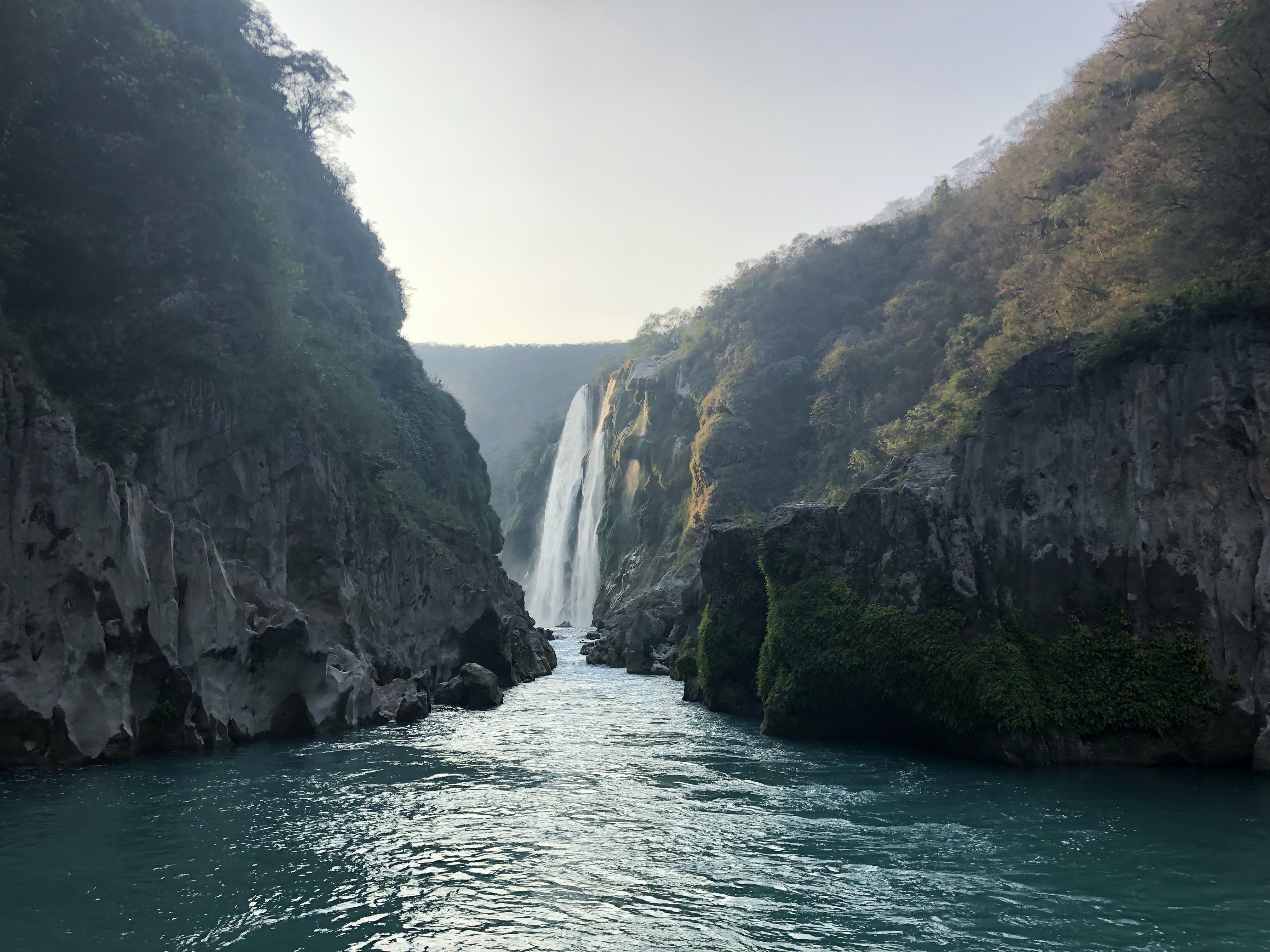 Wasserfall umgeben von Regenwald