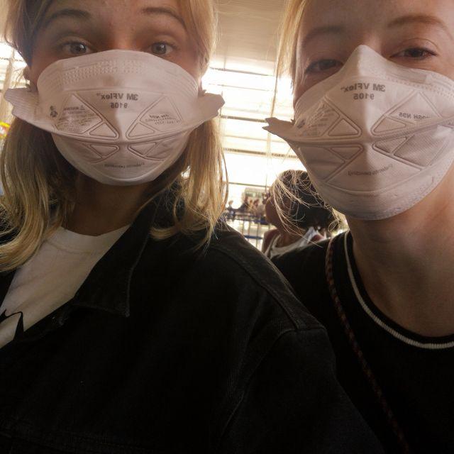 Sicher ist sicher - am Flughafen trugen wir Masken.