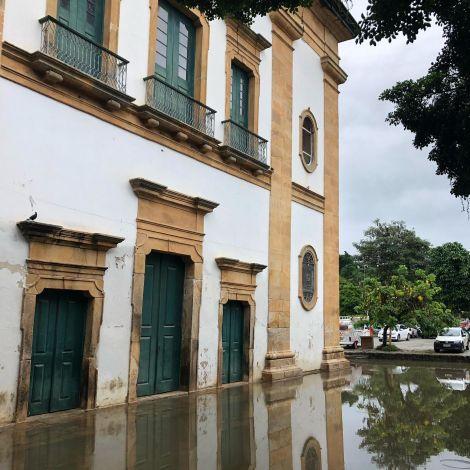 Wieso hier alles unter Wasser steht? 🚿 Früher wohnten in diesen Gebäuden…