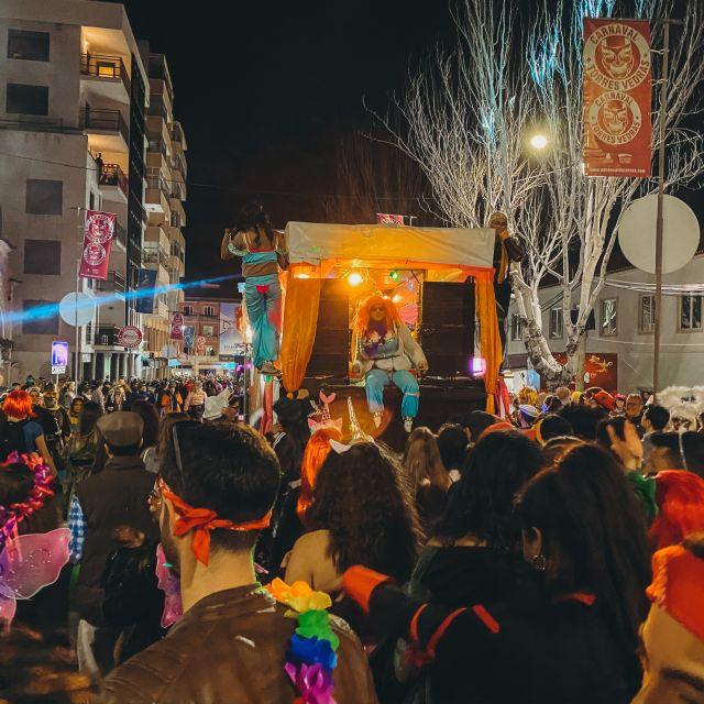Karnevalsumzug, Blick auf Menschen und Karnevalswagen.