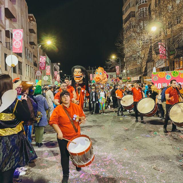 Trommler auf einem Karnevalsumzug.