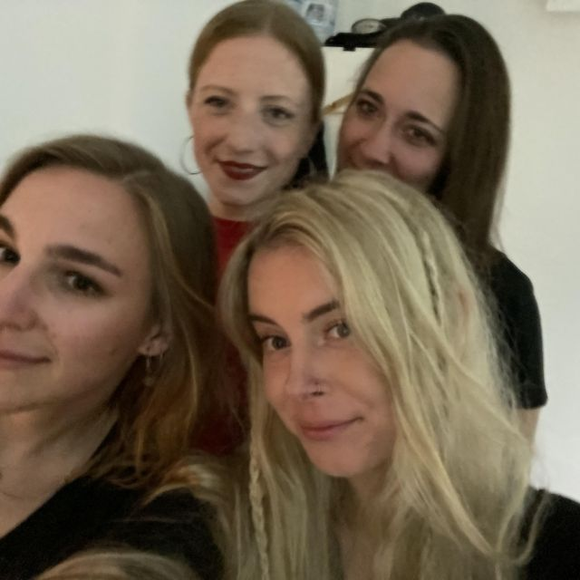 Vier Frauen im Selfiemodus.