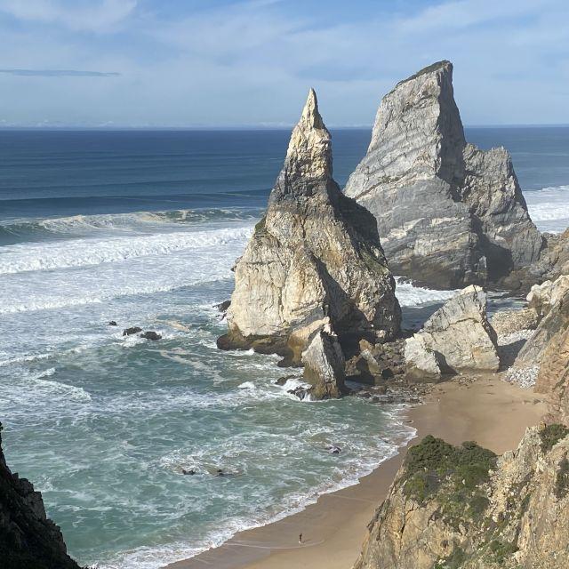 Strandbucht mit spitzen Felsen.