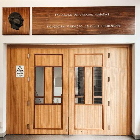 Eingangstür zur geisteswissenschaftlichen Fakultät der Universidade Católica Lisboa.