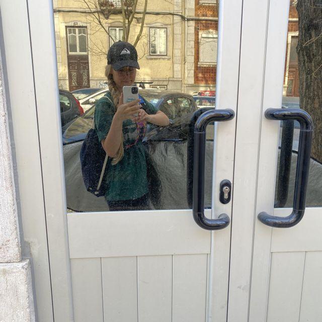 Spiegel-Selfie mit Surfboard.