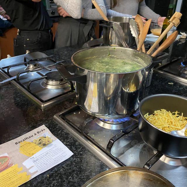 Kochtöpfe und verschiedene Gerichte in Zubereitung auf Herdplatten.
