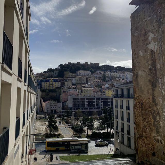 Aussicht auf Lissabon durch Häusergasse.