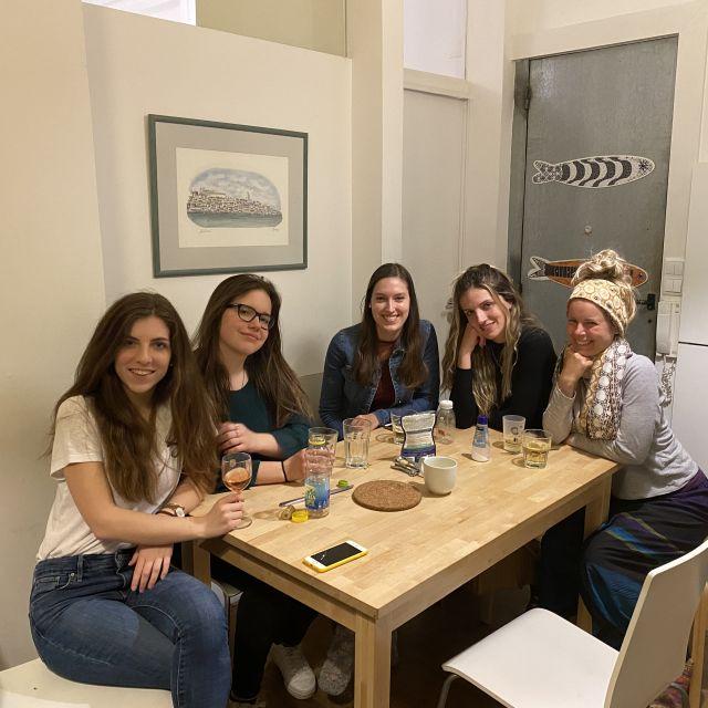 Fünf Frauen an einem Tisch in der WG-Küche.