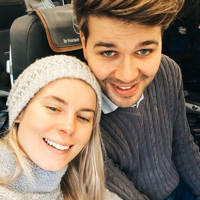 Mein Freund und ich im Flugzeug.