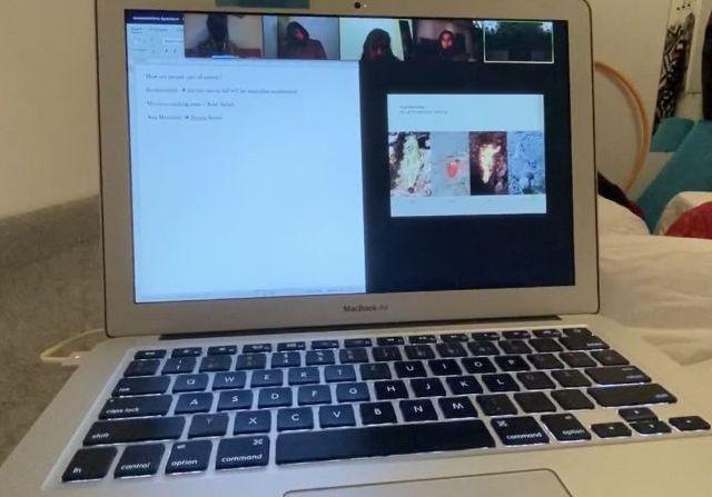Laptop mit Zoom-Videokonferenz.
